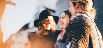 Jak podtrzymać relacje z rodziną i przyjaciółmi na odległość?